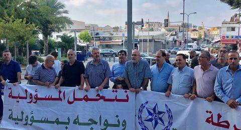 تلّ أبيب: وقفة احتجاجية مقابل مقرّ قيادة الشرطة احتجاجاً على العنف والقتل
