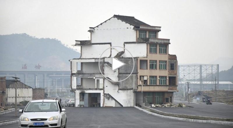 الصين: منزل في وسط الشارع