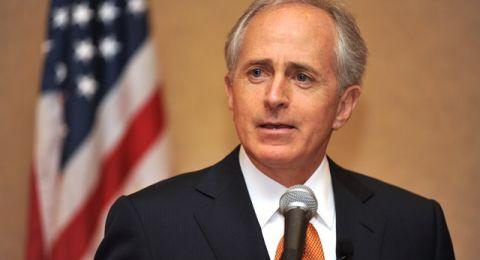 كوركر يعلن إجراء مشاورات لطرد السفير السعودي من واشنطن