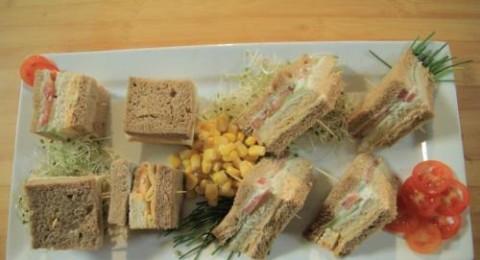 ساندويشات صغيرة مقدمة من مجلس الحليب