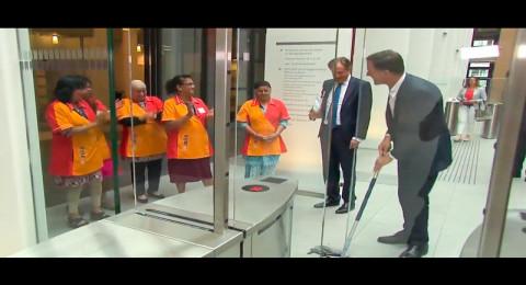 رئيس وزراء هولندا يمسح القهوة التي وقعت منه وشعبه لم يقتنع بنيته