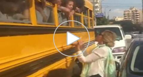 يسرا تغني «3 دقات» في الشارع مع عدد من الأطفال