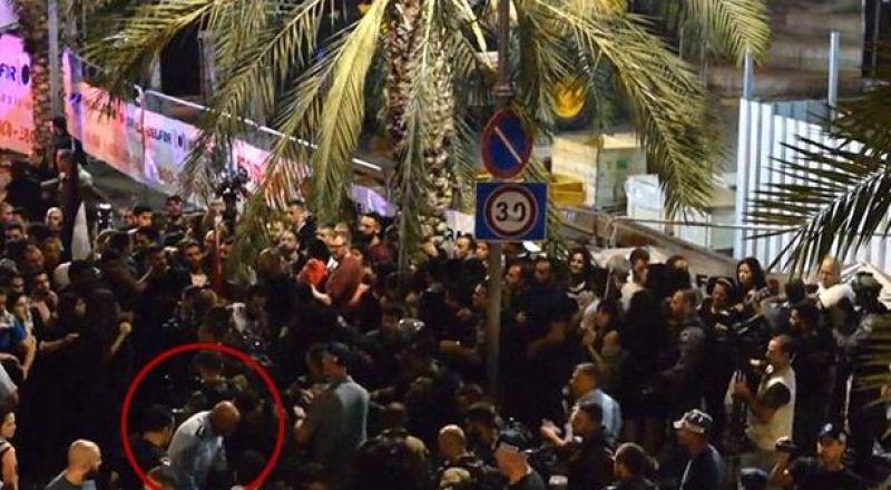 فيديو يظهر قائد شرطة حيفا يركل ويضرب أحد المتظاهرين العرب في مظاهرة 18.5