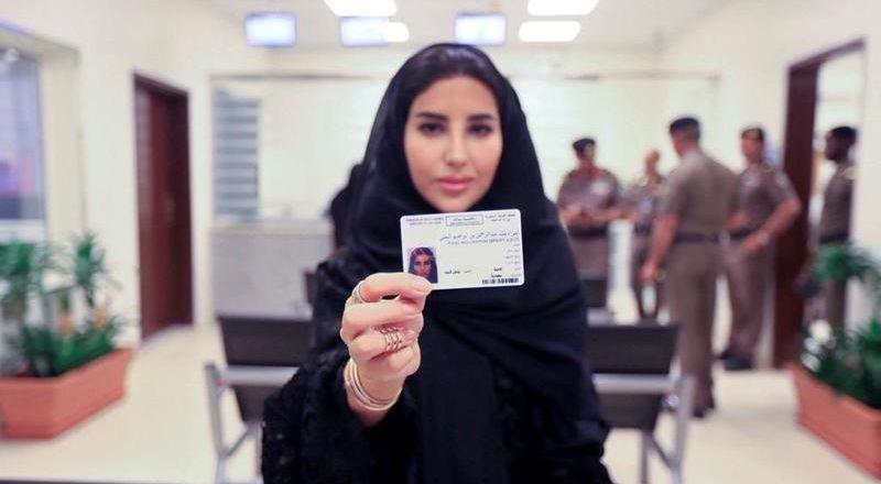 سعوديات يحتفلن بأول رخصة لقيادة السيارة عبر السوشيال ميديا