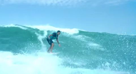شاب كفيف يتزلج على الماء بمهارة عالية