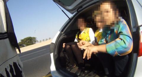 بالصور: ضبط سائق يقل 3 اطفال في صندوق السيارة الخلفي