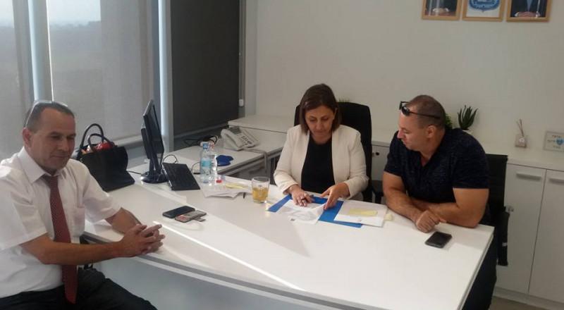 رئيس مجلس الشبلي أم الغنم ونائبه باجتماع مع الوزيرة غمليئيل، والمصادقة على ميزانيات لعدة مشاريع