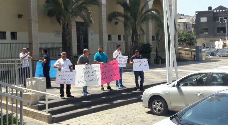 سخنين: ناشطون يرفعون شعارات منددة ضد زيارة درعي امام مبنى البلدية