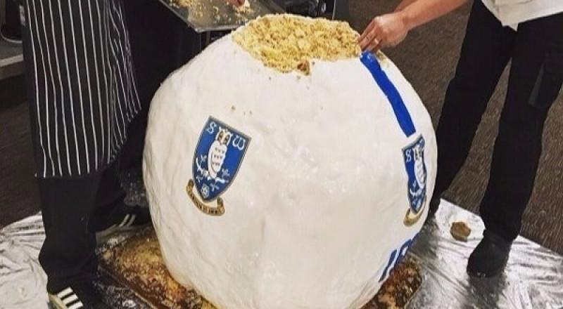 فريق كرة قدم بريطاني يصنع أكبر كعكة كروية في العالم