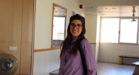 الطالبة عدن اغبارية تحصل على جائزة أفضل متطوع