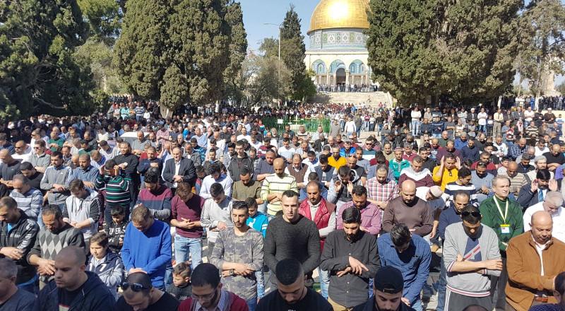 أكثر من 50 ألفا يؤدون صلاة الجمعة في رحاب المسجد الأقصى