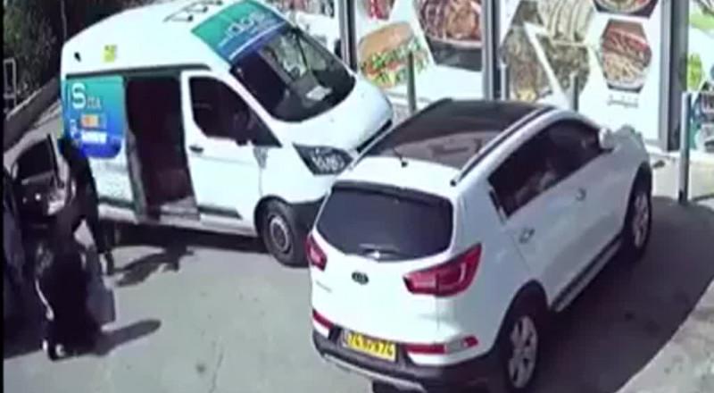 فيديو يوثق سرقة تاجر سجائر في الناصرة بوضح النهار