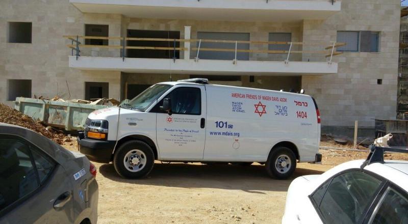 تل ابيب: اصابة عامل بناء بعد تعرضه لسقوط سقالة
