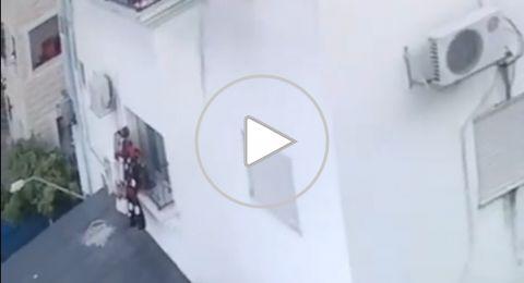 بلطف من الله..نجاة طفلة من العزير بعد سقوطها من الطابق الثالث