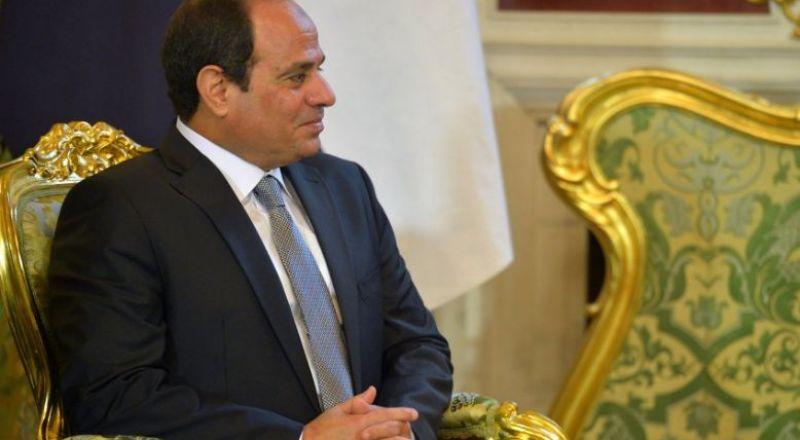 صحيفة: السيسي انتزع موافقة الرئيس عباسعلى فترة