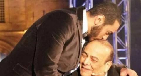 بالصورة: تامر حسني في لقطة مؤثرة مع والده