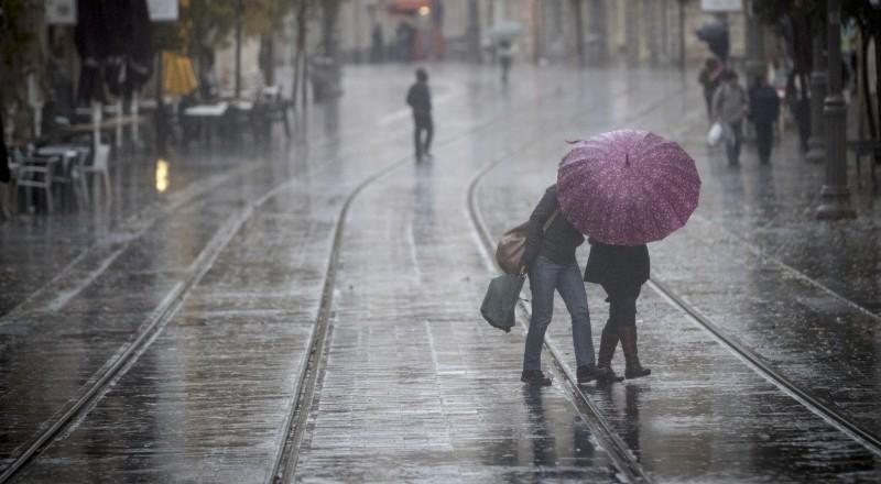 بدء تساقط الأمطار من ظهر اليوم