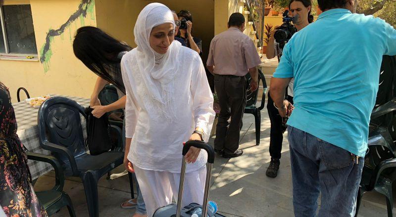 الشاعرة دارين طاطور تغادر منزلها لقضاء محكوميتها في السجن