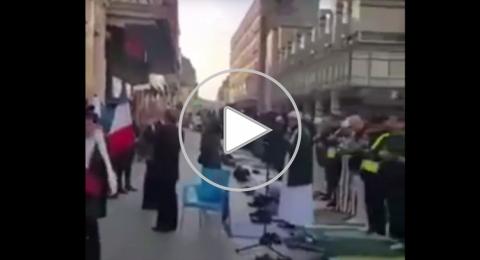 بالفيديو.. مسلمون يصلون الجمعة في الشارع بفرنسا رغم الاحتجاجات