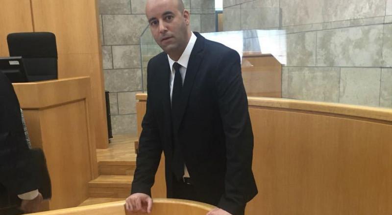 المحكمة تطلق سراح اب وابنه بعد العثور بسيارتهما على سلاح غير مرخص