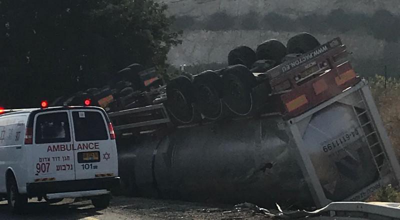 اصابة سائق شاحنة في حادث طرق ذاتي بالقرب من مفترق نبوت