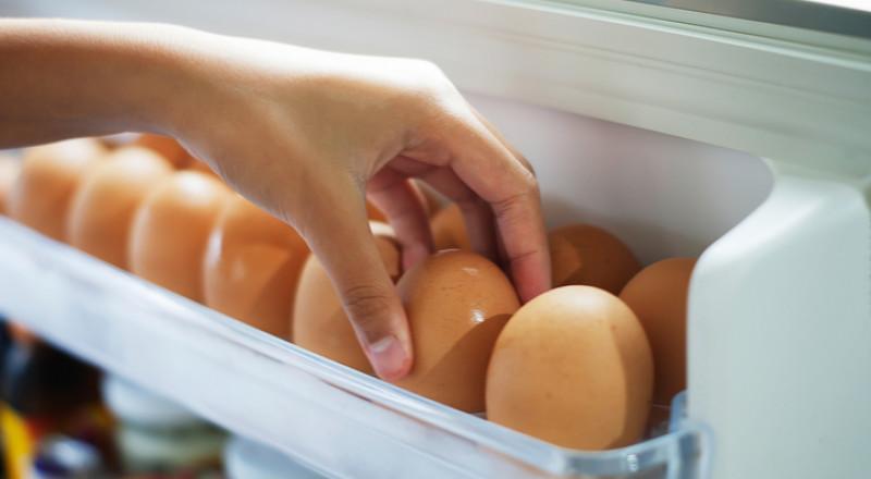 تحذير: لا تخزن البيض بباب الثلاجة، والسبب؟