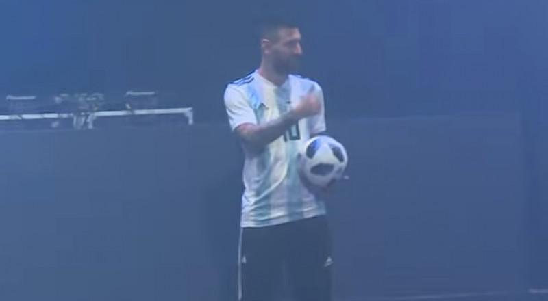 ميسي يقدم الكرة الرسمية لكأس العالم 2018