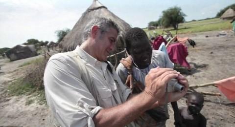 سودانية تحيي جورج كلوني بالبصق عليه