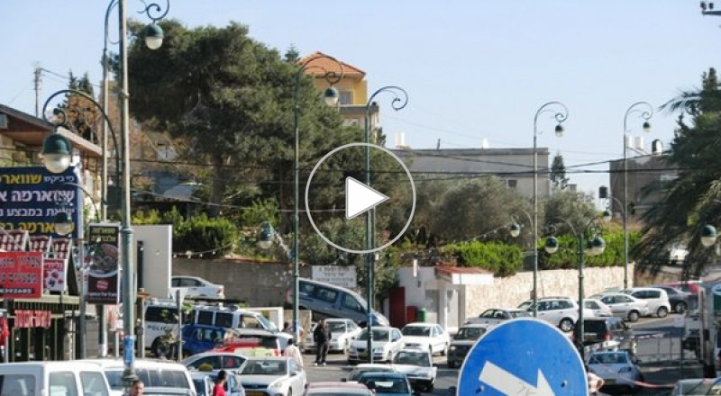 العشرات من طلاب باقة الغربية يشنون لافتاتهم على بلدية باقة الغربية