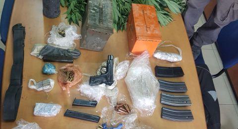 في الطيبة، مخدرات وأسلحة في ورشة بناء .. واعتقال مشتبه