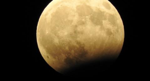 شاهدوا بالصور .. خسوف القمر هذا المساء في بلادنا