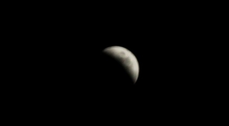 خسوف جزئي للقمر بسماء البلاد الليلة