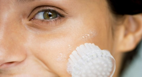 تجنبي هذه الأخطاء أثناء تنظيف بشرتك في المنزل