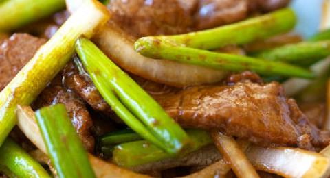 شرائح اللحم بصوص الصويا والبصل الأخضر