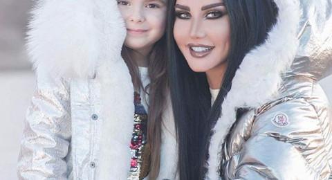 جيني اسبر وابنتها ساندي بملابس متشابهة!