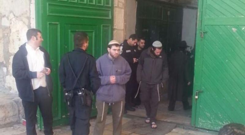 139 مستوطنًا وطالبًا يهوديًا يدنسون باحات الأقصى