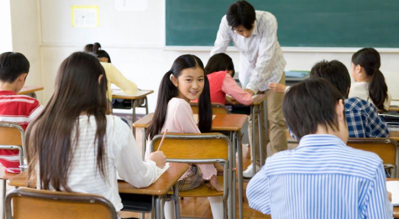 معلم يعرض لطلابه بالصف الخامس مواد وصورًا جنسية .. يحدث في مركز البلاد