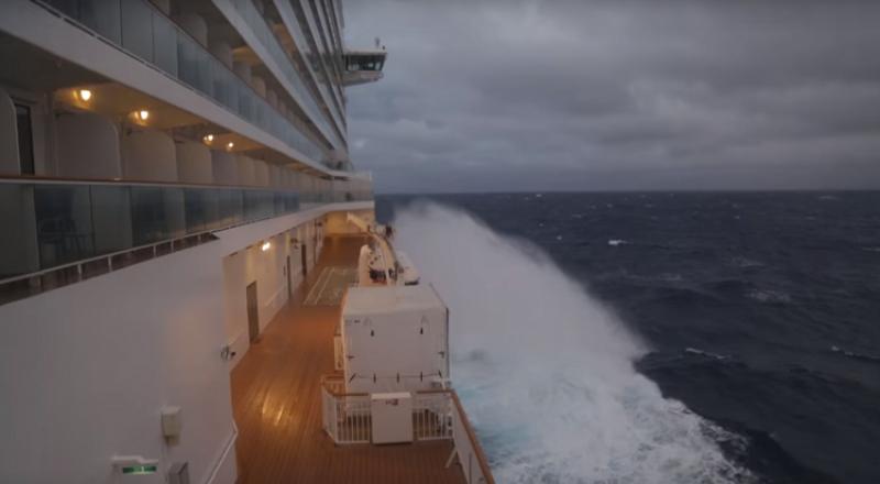 مشاهد تحبس الأنفاس لعاصفة تضرب سفينة في عرض البحر