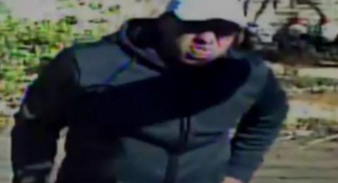 الشرطة: ساعدونا بالعثور على هذا اللص الذي يظهر بالفيديو