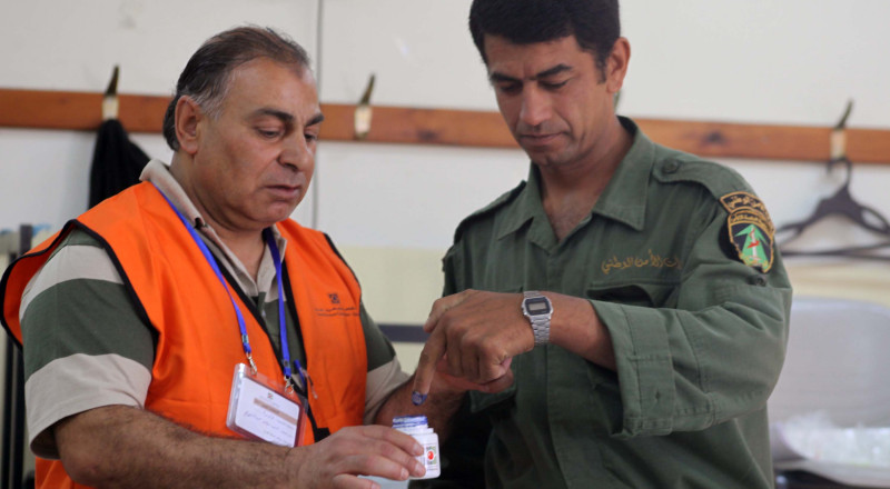 أفراد قوى الأمن الفلسطينية يبدأون التصويت في انتخابات الهيئات المحلية