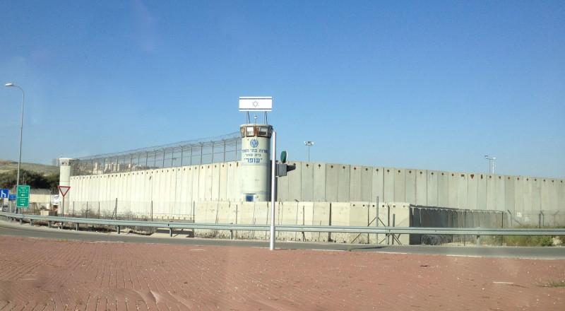 تكبيل الأسرى المضربين في سجن عسقلان تحت الشمس لساعات