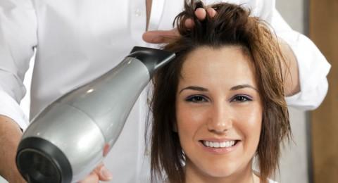 الماء الساخن والشامبو.. أهم أسباب تلف الشعر وتساقطه!