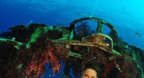 عرض ازياء تحت الماء  في البحر الاحمر