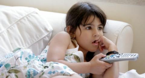 كيف أتعامل مع ابنتي بخصوص مشاهد المسلسلات الساخنة؟