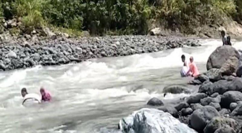 الفلبين: معلمون يعبرون 14 نهراً سباحة يومياً للوصول إلى مدرستهم