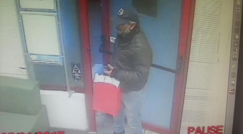 الشرطة: هذا اللص سرق بنكًا في نتانيا، ساعدونا بالتعرف عليه
