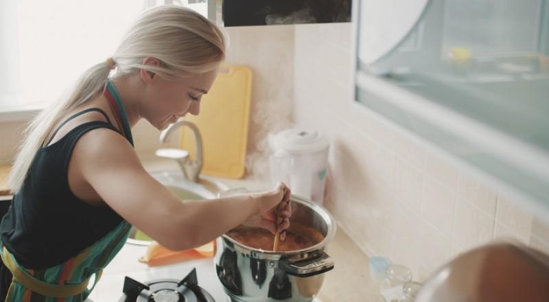 حيل بسيطة للتخلص من رائحة القلي في البيت!