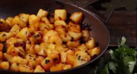 اليك طريقة البطاطا حرة لبنانية