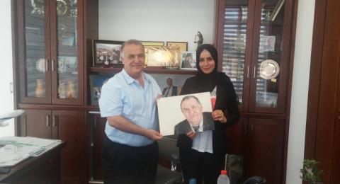 الرسامة أزهار عيّاد تهدي لوحة لرئيس بلديّة الناصرة