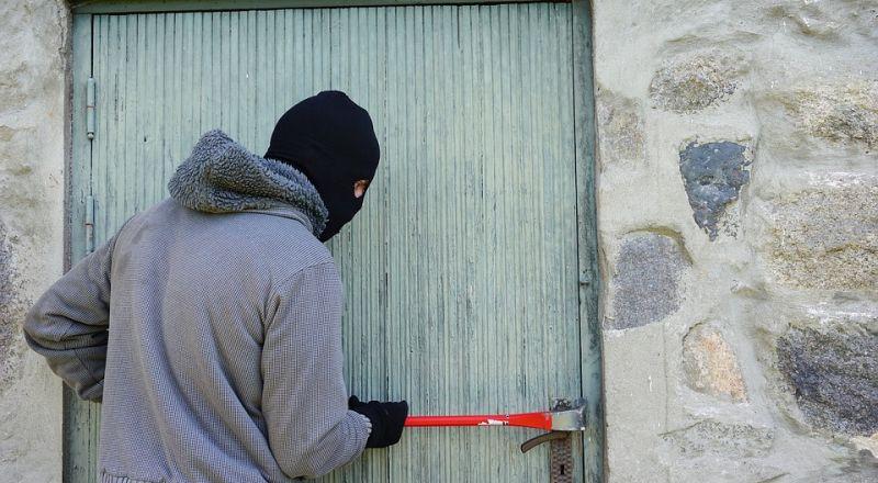 لص يسرق منزلًا ويترك رسالة اعتذار!